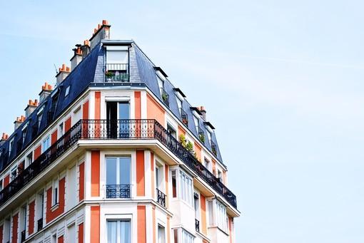 Mercato immobiliare: scende il prezzo di vendita e sale quello dell'affitto