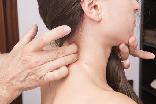 Dolore cervicale, cosa fare (e non fare) per alleviarlo