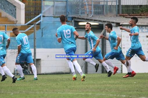 Loreto Lo Bosco festeggiato dai suoi compagni di squadra dopo la rete al Vado: l'attaccante è in dubbio per il match contro il Bra
