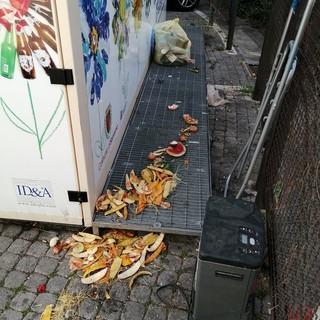 """Sanremo: un tappeto di scorze di frutta davanti all'isola ecologica, lettrice """"Sforziamoci di combattere questa maleducazione"""""""