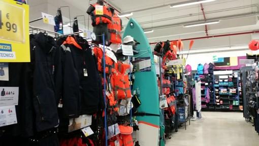Tutto pronto per l'estate da Decathlon al Molo 8.44 con il surf, lo snorkeling e la vela