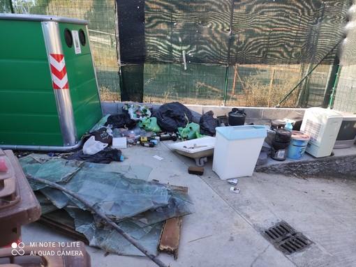 Sanremo: degrado in un'isola ecologica di via Calvino, la denuncia di un lettore