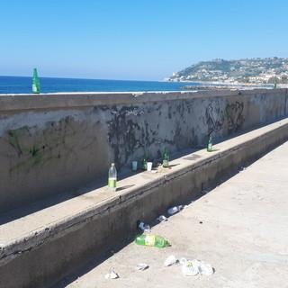 Sanremo: rifiuti abbandonati sul molo del porto, la segnalazione con foto di un lettore