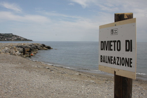 Uno dei molti divieti di balneazione sulle spiagge di Sanremo