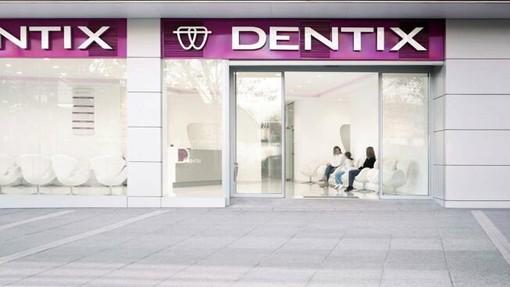 """Dentix: imperiesi si erano rivolti alla clinica """"Mio marito voleva ricostruirsi un dente per il matrimonio di mia figlia e ora siamo in attesa"""". Lo sfogo di una cliente"""