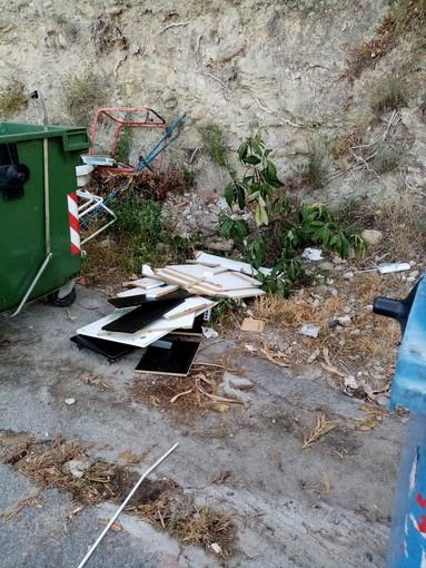 Ventimiglia: degrado all'isola ecologica nei pressi di Porta Canarda, la segnalazione con foto di un residente