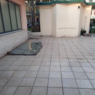 """Bordighera, degrado alla stazione, la segnalazione di un nostro lettore: """"Ormai è ridotta a punto di ritrovo per senza fissa dimora e abbandono rifiuti"""""""