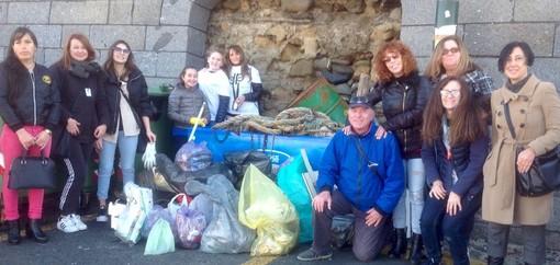 Sanremo: circa 120 Kg di rifiuti raccolti nel Portovecchio da 'I Deplasticati' e i Consoli del Mare