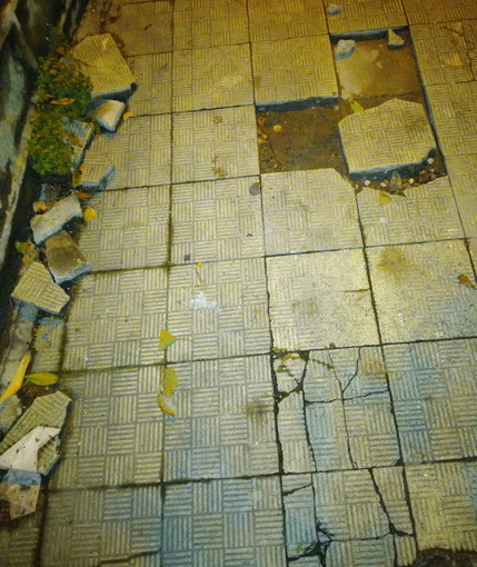 Sanremo: marciapiedi dissestato ad inizio di Via Val Olivi, la segnalazione con foto di un lettore