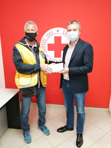 Consegnati dal Lions Club Sanremo Matutia buoni spesa al Presidente del Comitato CRI per le famiglie più bisognose