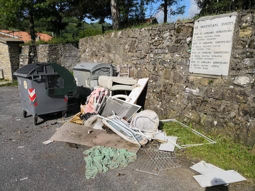 Vergogna a San Bernardo di Conio. Una discarica di ingombranti abbandonati a fianco a una targa in memoria dei Partigiani (Foto)