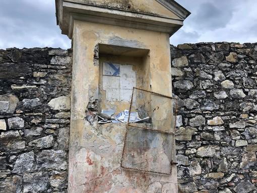 Imperia, vandali in azione a Porto Maurizio: distrutta un'edicola votiva lungo la scalinata del monte Calvario (Foto)
