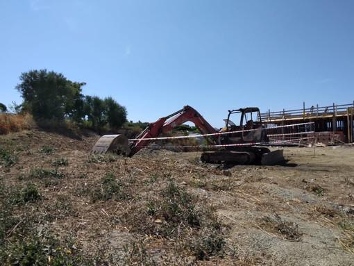 Bordighera, indagini a 360 gradi sull'incendio che ha parzialmente distrutto un escavatore in via Iride (Foto)