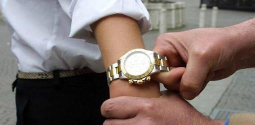 """Sanremo, con la """"tecnica dell'abbraccio"""" raggira un 60enne e gli ruba il Rolex: denunciati due uomini e una donna rumeni"""
