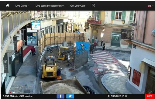 Sanremo: persone in attesa aspettando di entrare, la viva protesta di una lettrice