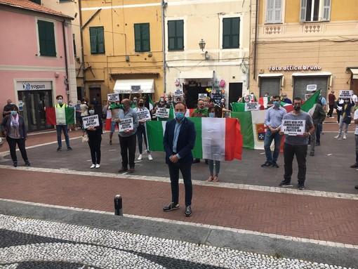 """Imperia, flash mob della Lega contro le misure economiche del Governo. Di Muro: """"Lo Stato assente con i cittadini"""" (foto e video)"""