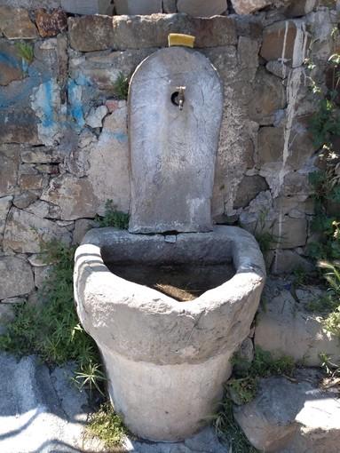 Non solo a Vallebona... anche a Bussana di Sanremo c'è chi pulisce i pennelli dentro la fontana storica sul mare