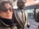 Fiorella con la statua di Mike Bongiorno in via Escoffier