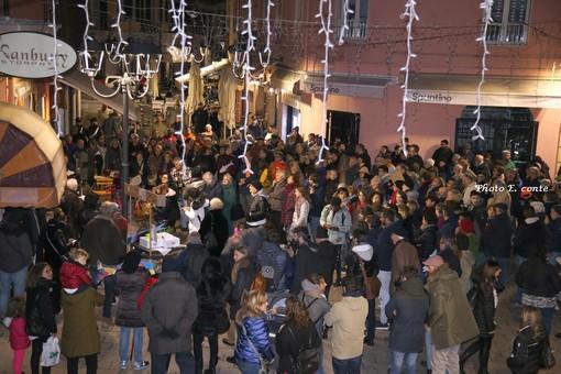 Ventimiglia: circa 150 i partecipanti al flash mob delle Sardine Ponentine alla vigilia della Giornata della Memoria (foto e video)