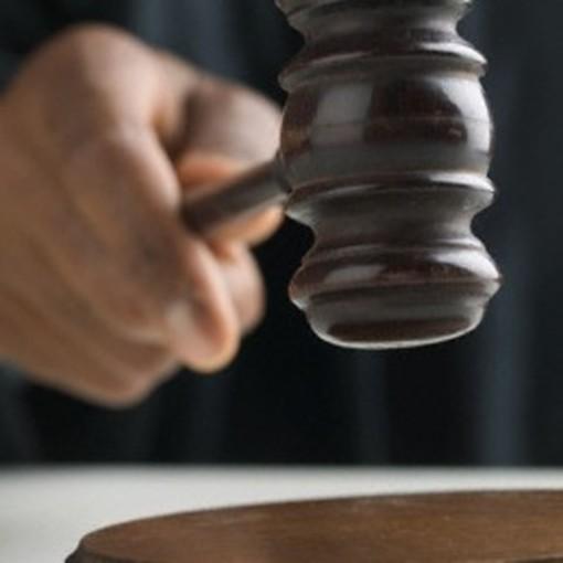 """Tenta di estorcere denaro per un prestito già restituito: il giudice dispone """"il non doversi procedere"""" per una 57enne"""