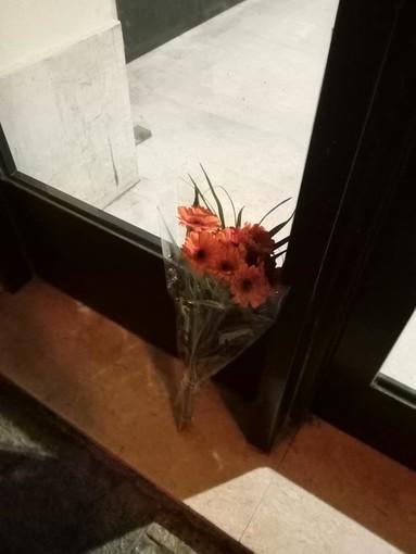 Imperia: uccisione di due agenti di Polizia a Trieste, una donna lascia un mazzo di fiori davanti alla Questura