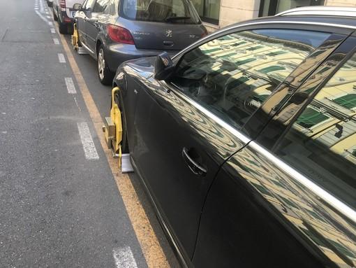 """Sanremo: """"doppietta"""" di ganasce in via Roma, multa e auto bloccata per due furbetti del parcheggio (Foto)"""