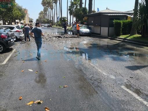 Imperia: esplode tubatura in spianata Borgo Peri, geyser di almeno 15 metri danneggia auto posteggiate (Foto e Video)