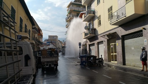 Sanremo: pullman Rt urta un idrante, geyser d'acqua di 6-7 metri in via Martiri (Foto e Video)