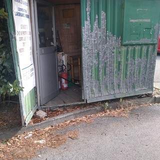 Sanremo: gabbiotto del parcheggio dell'Ospedale abbandonato al degrado, la denuncia di un lettore