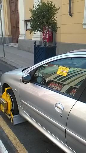 Sanremo: auto straniere questa mattina sul 'carico e scarico', blitz con le ganasce in via Roma