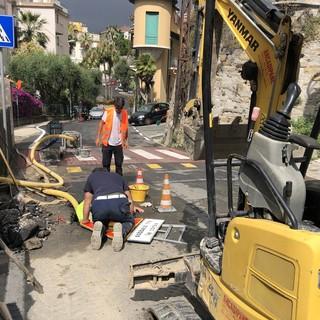 Sanremo: serie di guasti e rotture di tubazioni in città, al lavoro gli operai ed i tecnici Amaie