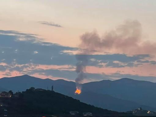 L'incendio di questa sera (foto da Vivi Imperia)