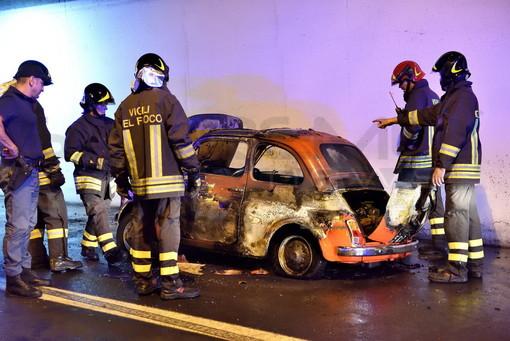 Arma di Taggia: a fuoco una Fiat 500 sull'Aurelia Bis. Intervento dei Vigili del Fuoco