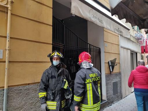 Imperia: principio di incendio in un negozio in via dell'Ospedale, tanta paura, ma nessun ferito (foto)