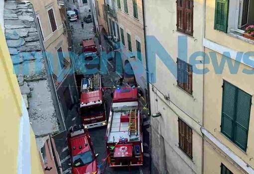 Pieve di Teco, a fuoco un magazzino sotto i portici, fiamme spente dai vigili del fuoco