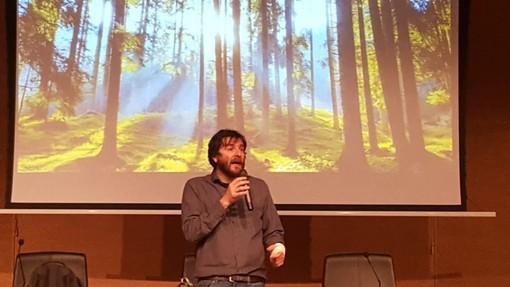 """Imperia: si è aperto con Giorgio Vacchiano il ciclo di incontri su clima e ambiente """"Con le nostre scelte possiamo contribuire a salvare il pianeta"""""""