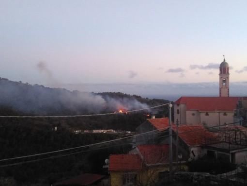 San Bartolomeo: a fuoco le colline tra Chiappa e il versante andorese