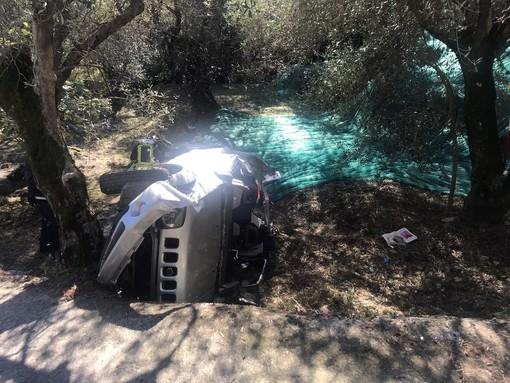 Ventimiglia, auto precipita in una campagna di ulivi: feriti padre e figlio in frazione Bevera (Foto)