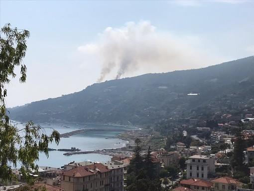 Bordighera, incendio in località Montenero. Sul posto i vigili del fuoco e gli uomini della protezione civile (Foto e video)