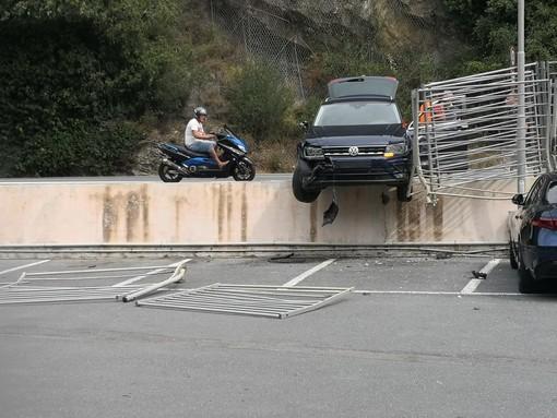 Pontedassio: col suv sfonda la ringhiera e resta in bilico sopra il parcheggio dell'Ekom (foto)