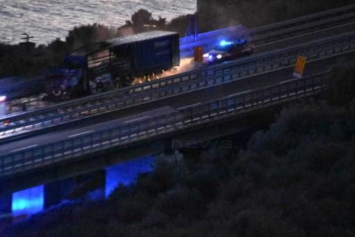 Costarainera: incendio di oggi pomeriggio, a breve la riapertura della A10 in direzione Genova (Foto e Video)
