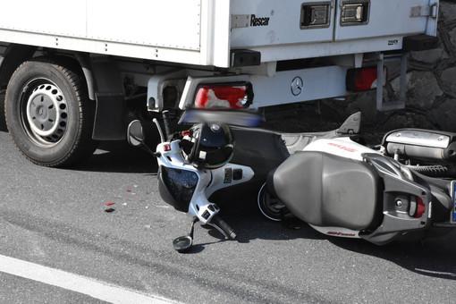 Ospedaletti: incidente sull'Aurelia, uomo in scooter trova veicoli fermi in coda in una curva e non riesce ad evitare l'impatto