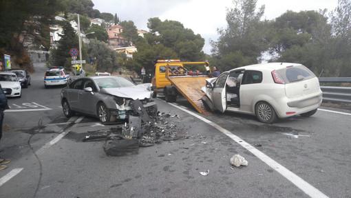 Cervo: violento frontale tra auto su Capo Mimosa, tre persone ferite e vetture distrutte