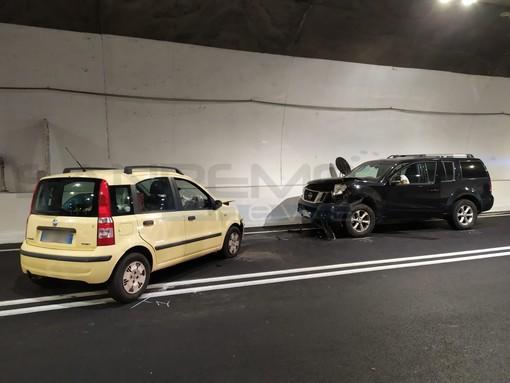 Airole, scontro frontale tra due auto in galleria. Donna in gravi condizioni trasportata con l'elisoccorso a Pietra Ligure (Foto)