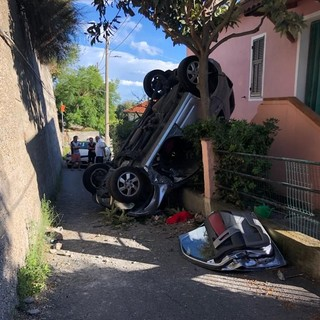 Imperia, 83enne si ribalta con l'auto in via Ruvin a Poggi: illesa la conducente (Foto)