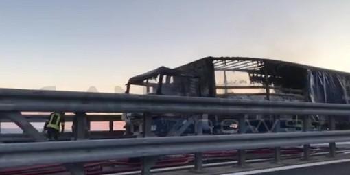 Costarainera: camion prende fuoco sulla A10 in direzione Genova, nessun ferito ma traffico bloccato (foto e video)