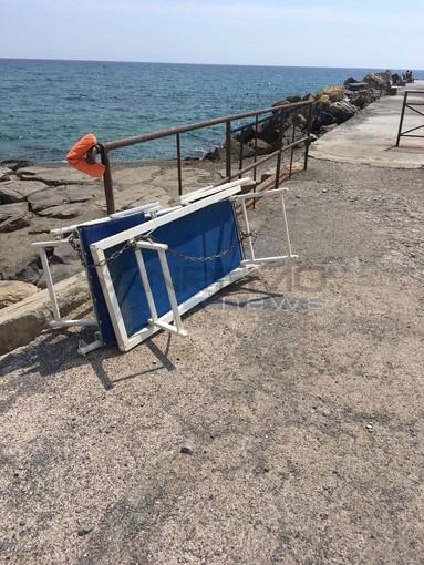 Imperia: i furbetti della spiaggia al Prino, sdraio incatenate ad una ringhiera e panchine usate come cabine