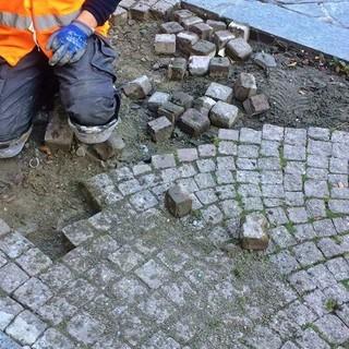 Imperia, iniziati i lavori di ricostruzione della pavimentazione danneggiata in Via Monti a Oneglia (Foto)