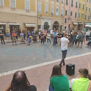 Il movimento 'No green pass' manifesta a Imperia: Loiacono arringa piazza San Giovanni