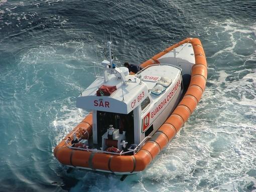 Fumo segnalato in mare da un'imbarcazione: i controlli di Guardia Costiera e Vigili del Fuoco non portano però a nulla